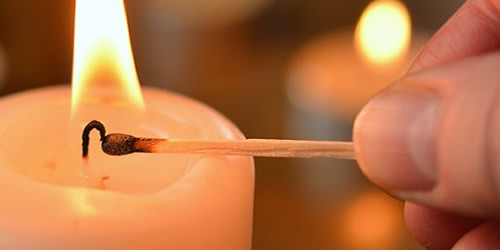 encender velas amarillas